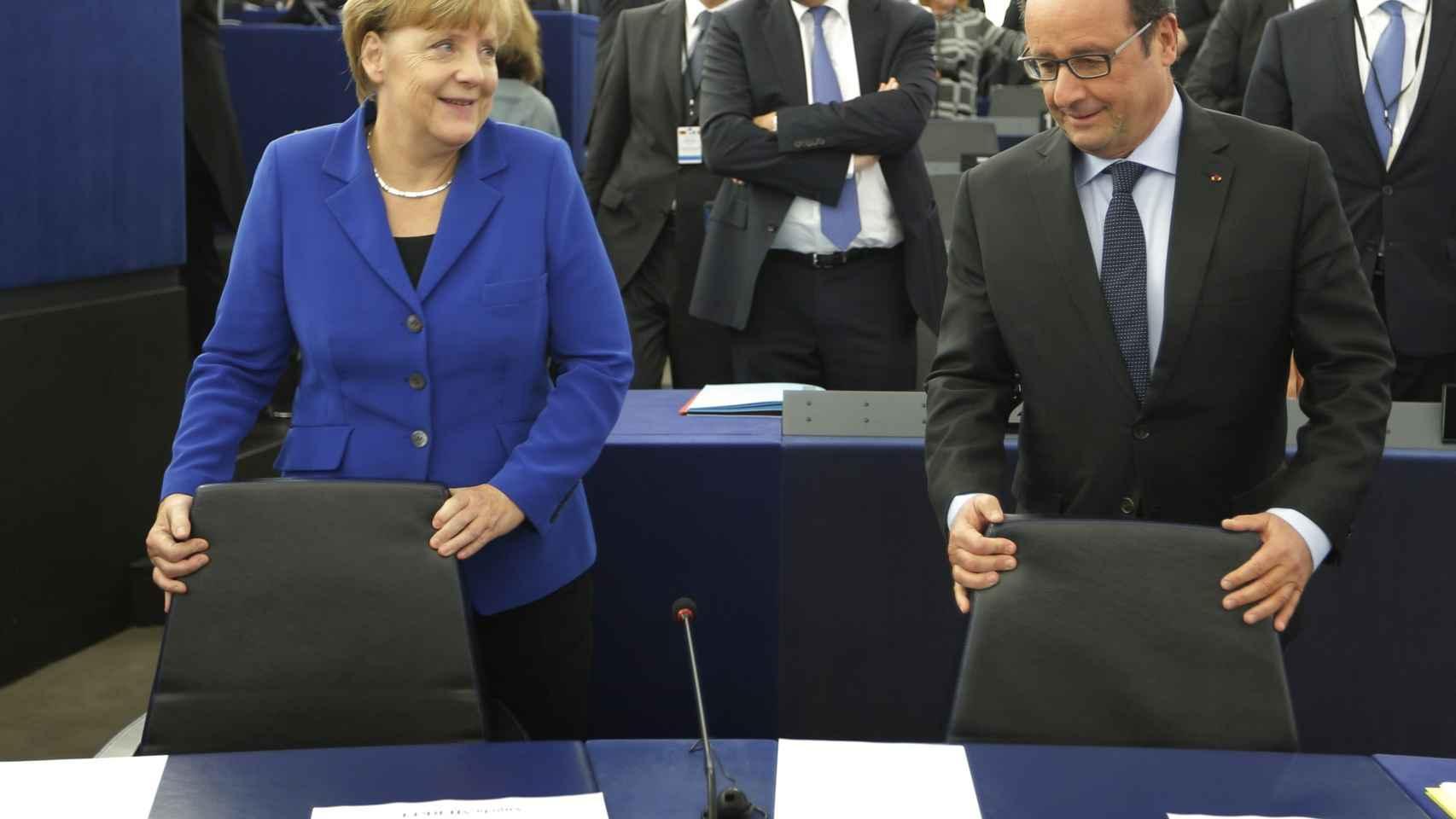 Merkel y Hollande, antes de su comparecencia en el Parlamento Europeo