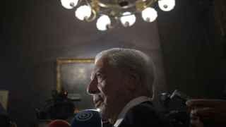 Vargas Llosa perseguido por los periodistas