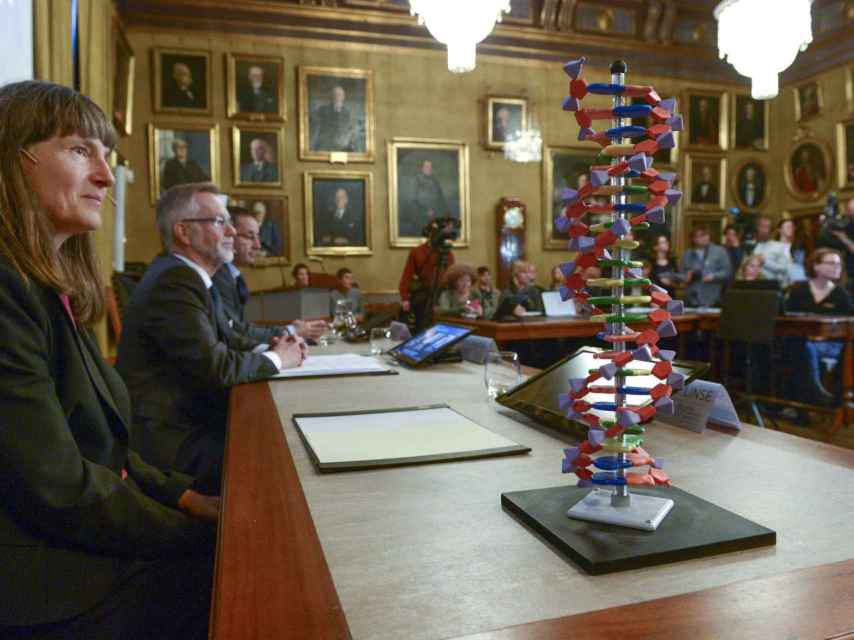 Una doble hélice de ADN junto al Comité Nobel de Química