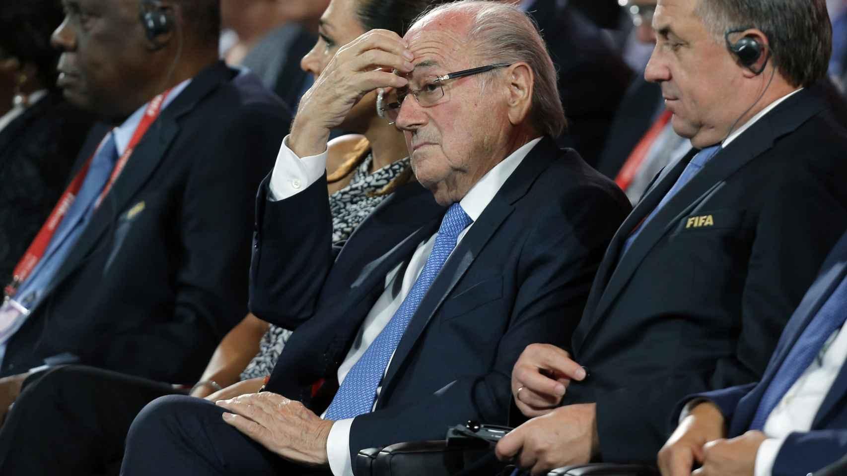 Joseph Blatter con Issa Hayatou en una convención de la FIFA
