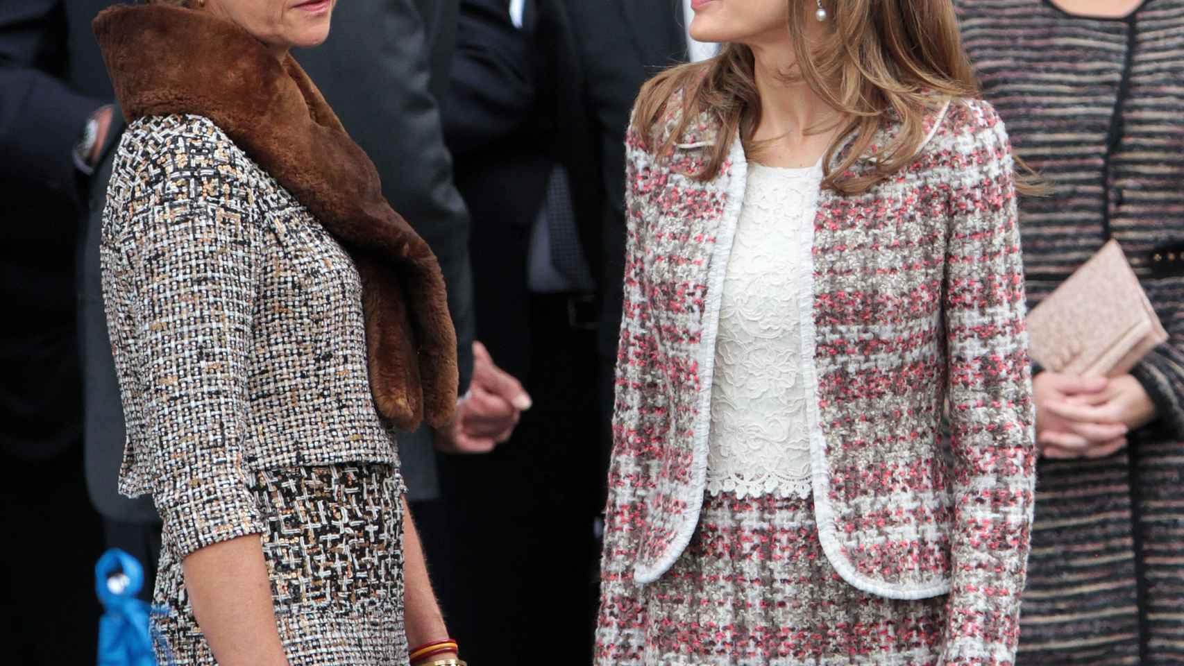Doña Letizia con su cuñada la Infanta Elena en el Desfile de 2012