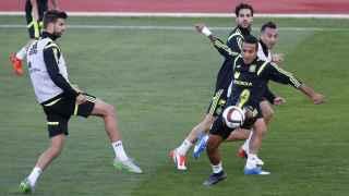 Piqué y Thiago, junto a Cesc y Cazorla en un entrenamiento. / Efe