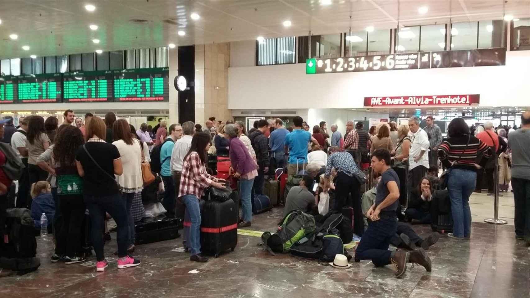 Viajeros afectados por la paralización del AVE