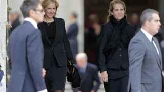 Doña Cristina y su hermana la infanta Elena a la salida del funeral