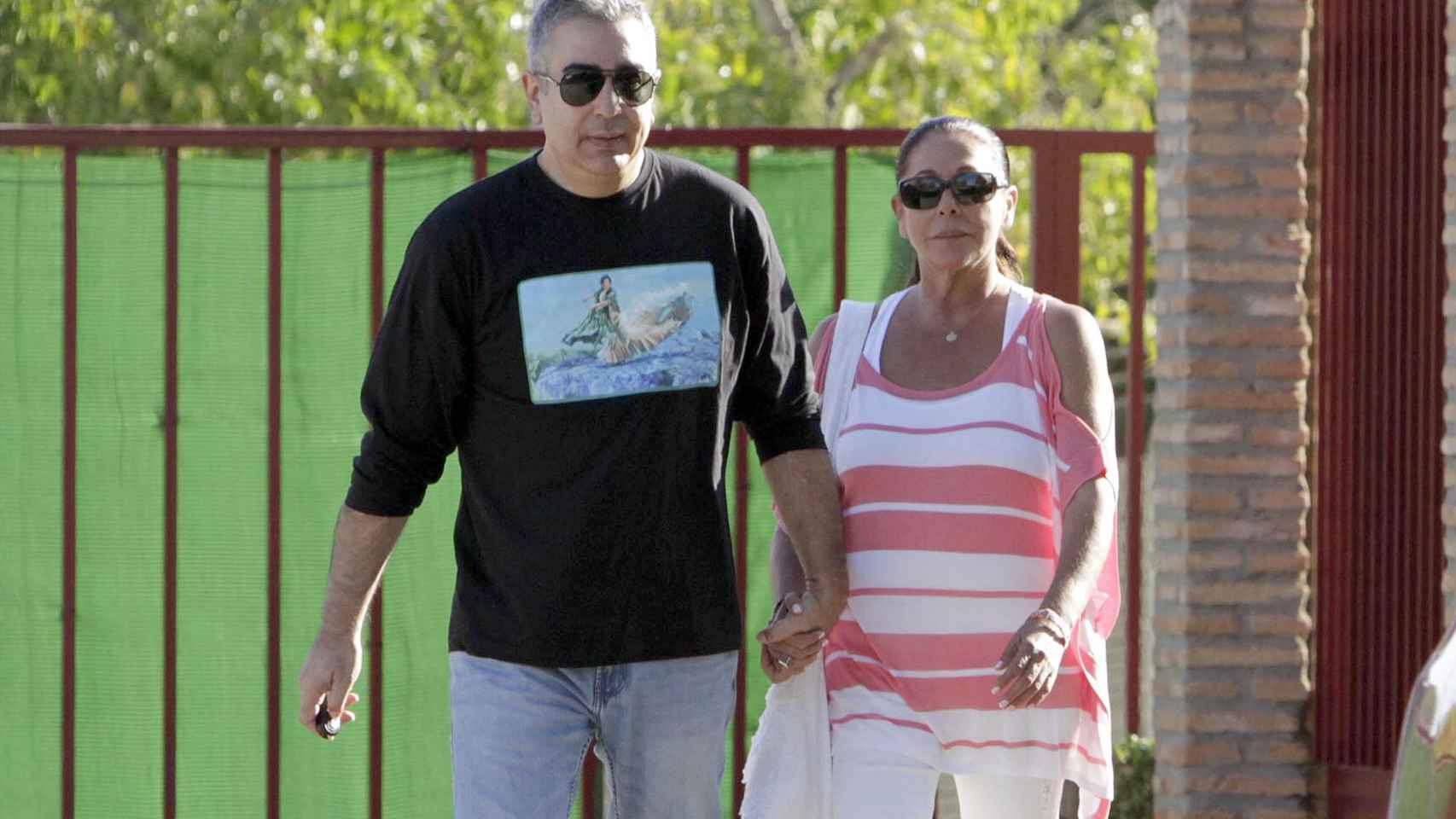Isabel y su hermano Agustín saliendo de la cárcel este jueves