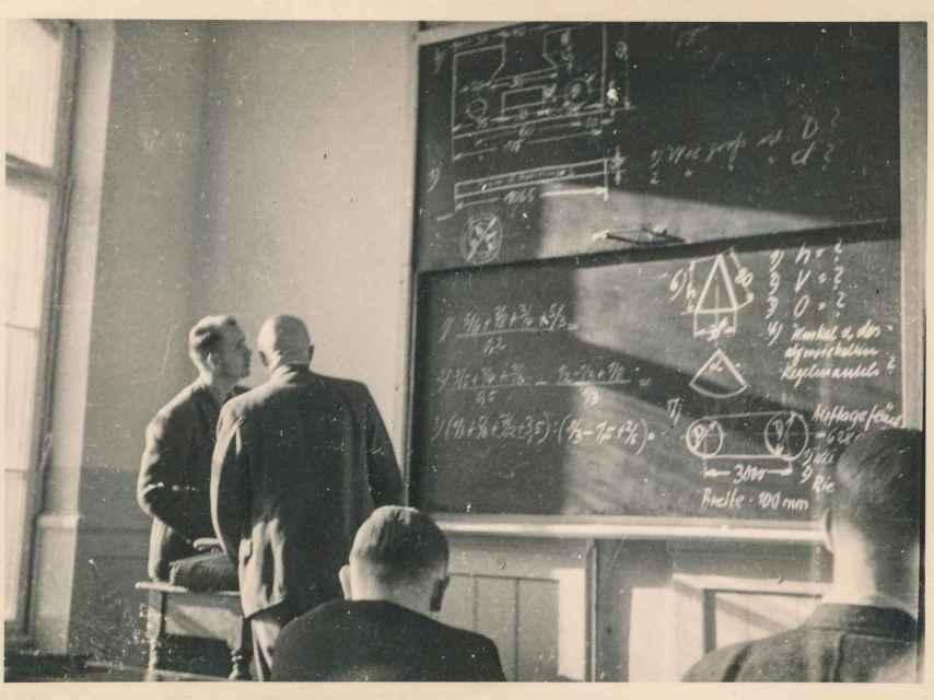 Estudiantes observan una ecuación en 1939