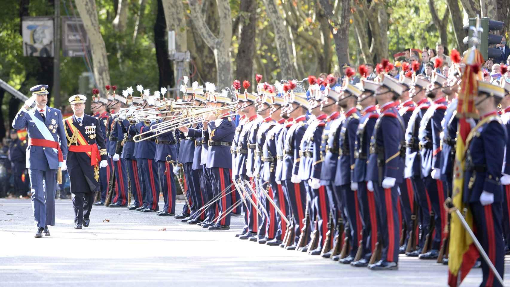 Felipe VI pasa revista a las tropas en el desfile militar de 2014