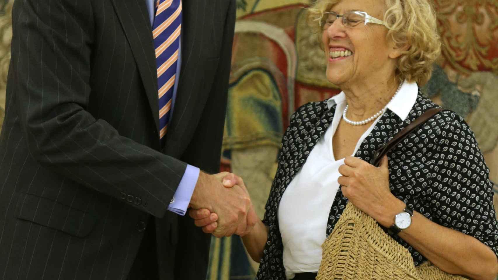 Manuela Carmena sonríe al Rey de España