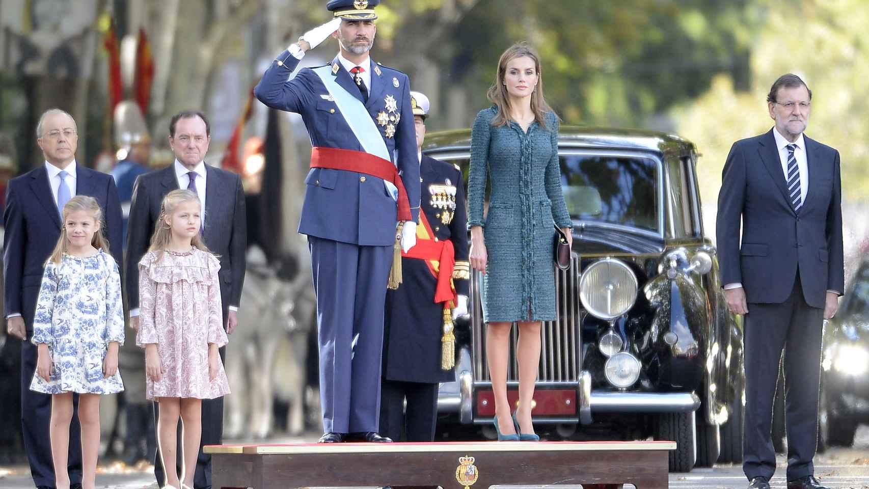 La Familia real en perfecta formación en el Día de la Hispanidad de 2014