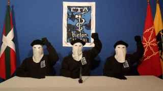 Militantes de ETA declarando su 'cese definitivo' en octubre del 2011