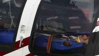 El piloto español retirado en helicóptero.