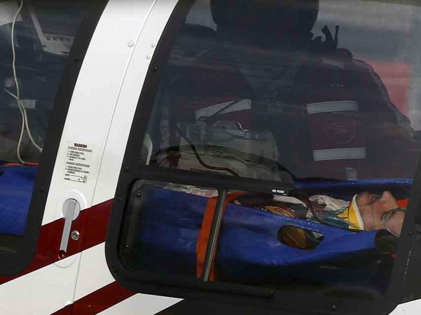 El piloto, retirado en helicóptero.