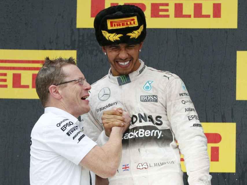 El inglés celebra junto a Andy Cowell, director de Mercedes