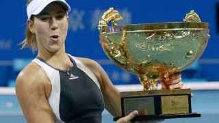 Garbiñe Muguruza posa orgullosa con el trofeo de campeona del Open de China.
