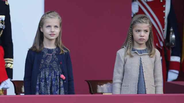 La Princesa de Asturias y la infanta atentas al desfile militar de 2015