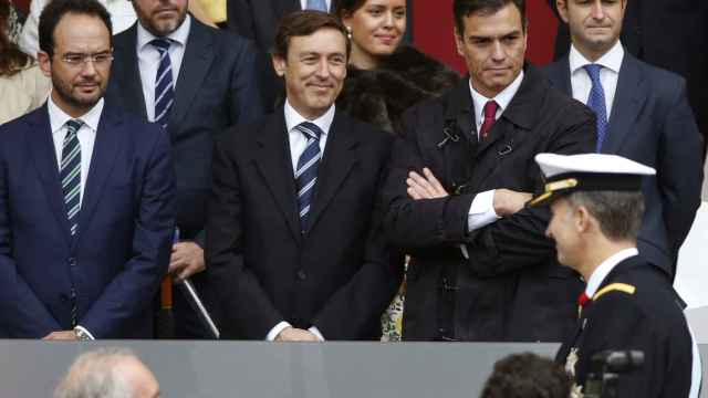 Los portavoces del PSOE y PP en el Congreso, Antonio Hernando y Rafael Hernando y el líder de los socialistas, Pedro Sánchez, observan pasar al Rey.