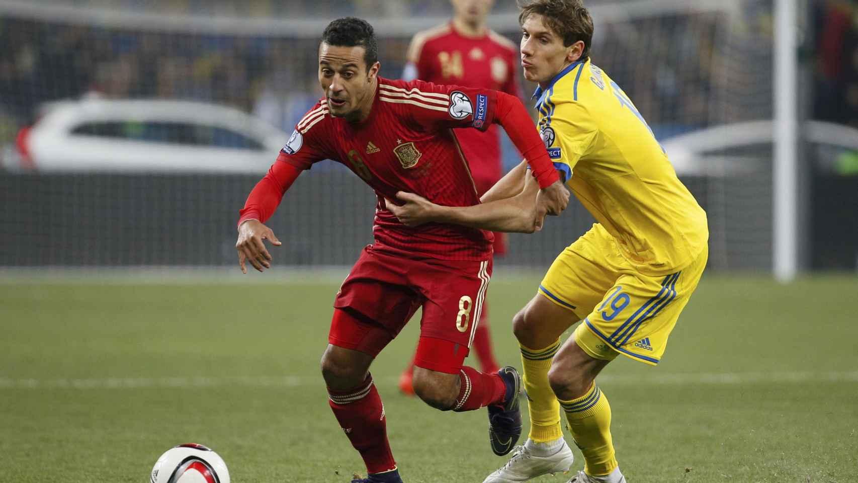 Thiago Alcantara y Denys Garmash durante el partido.