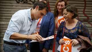 Albert Rivera firma autógrafos durante la campaña en Cataluña.
