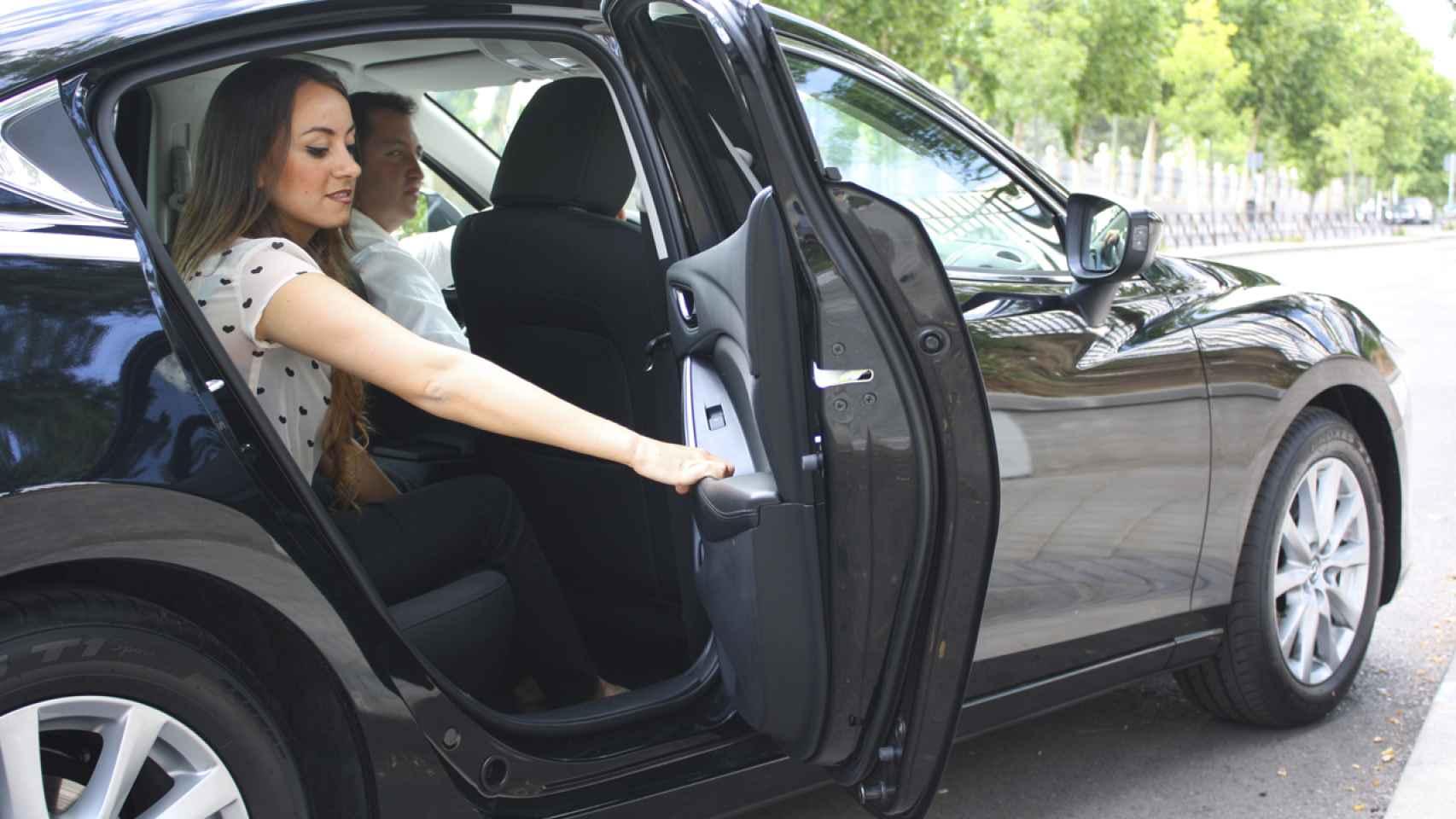 Una usuaria baja de un vehículo de Cabify.