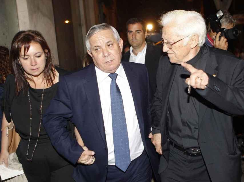Daniel Pontes y el Padre Ángel a la salida del funeral
