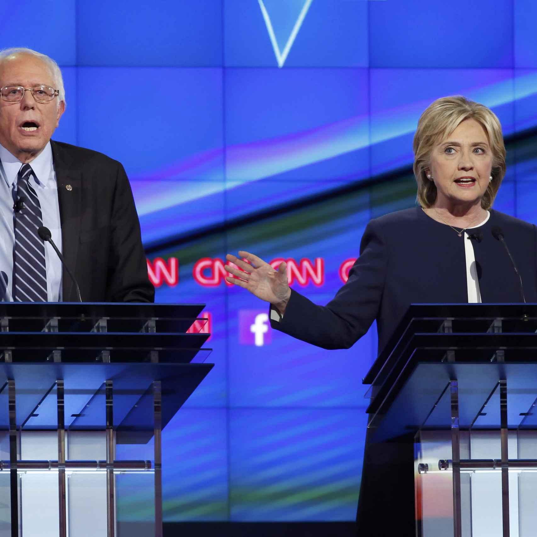 Bernie Sanders junto a Hillary Clinton