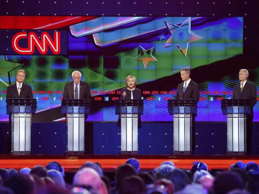 Los cuatro rivales de Hillary Clinton esperan su turno de palabra.