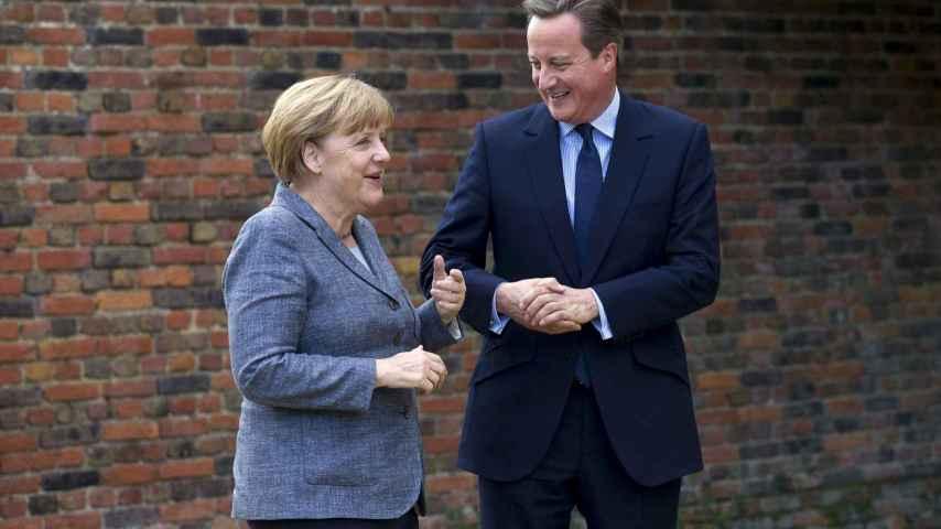 Merkel se reúne con Cameron en su residencia.