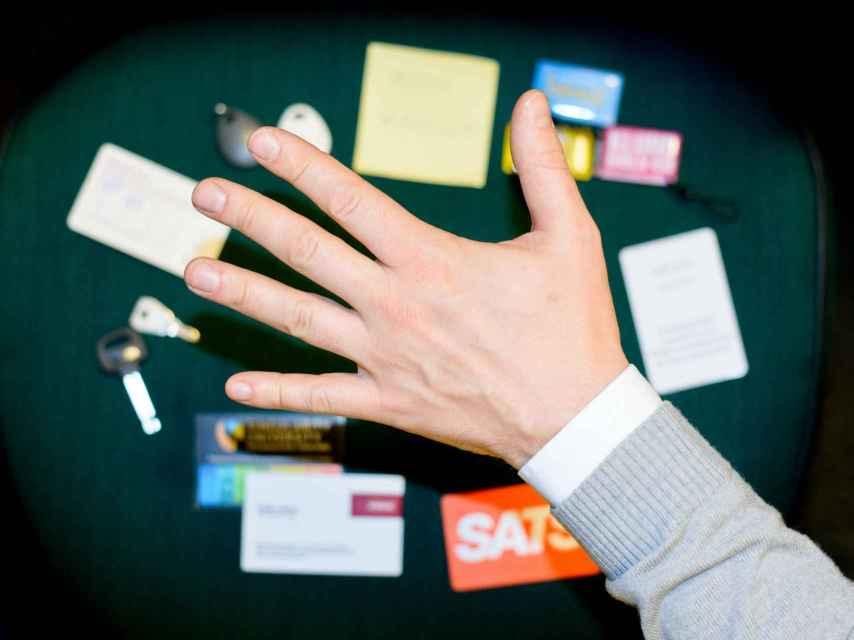 Hannes controla con su mano varios procesos de su oficina.