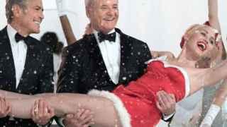 Bill Murray y George Clooney sostienen a Miley Cirus en el programa para Netflix