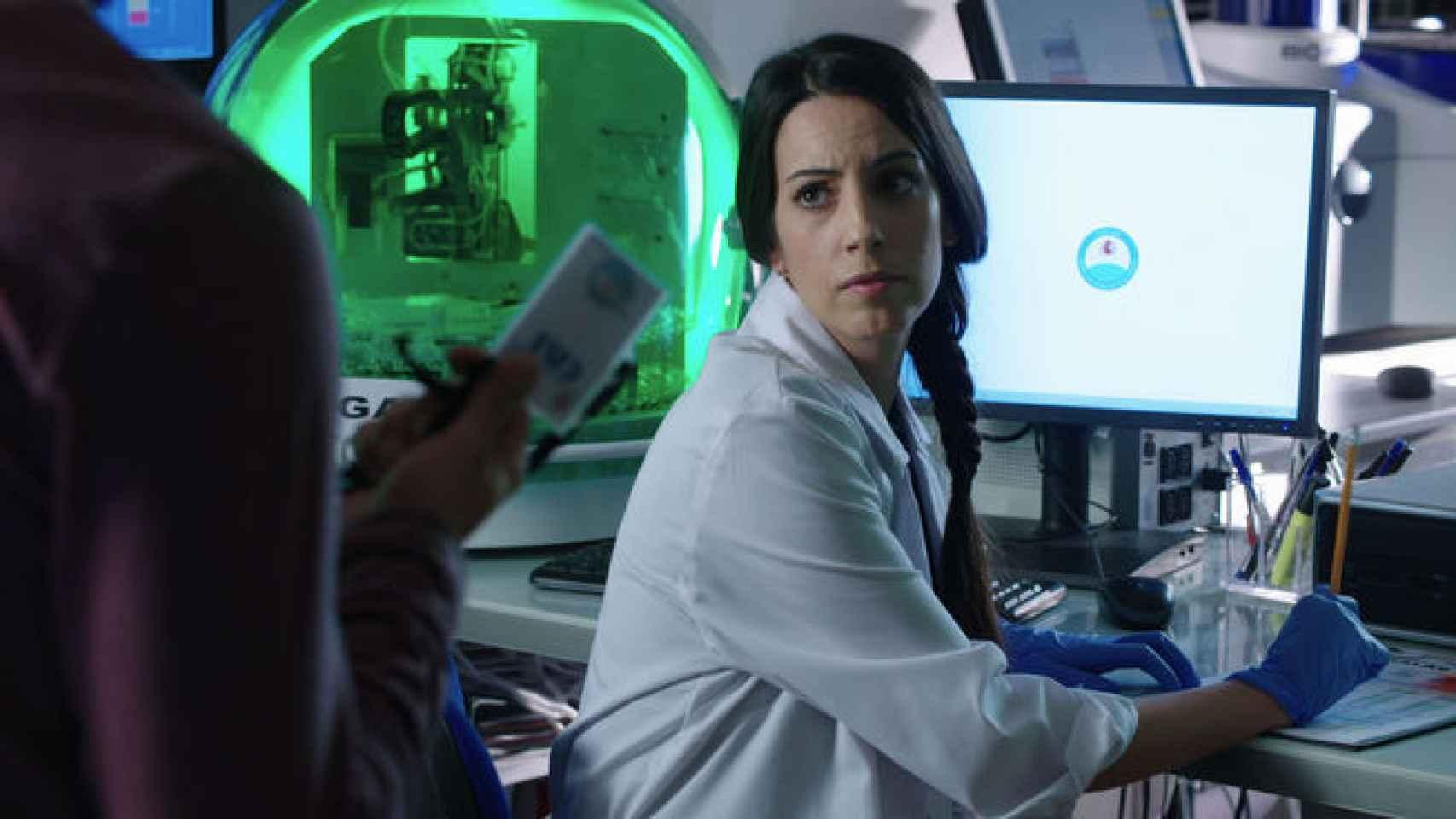 Almudena Cid encarna a una técnica de laboratorio
