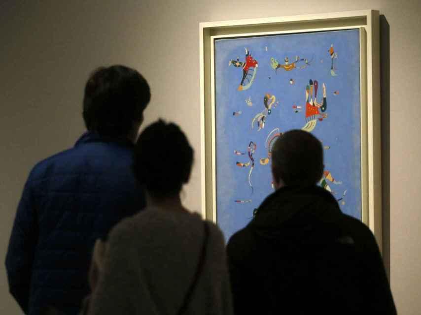 Visitantes de la exposición en la sede del Ayuntamiento de Madrid