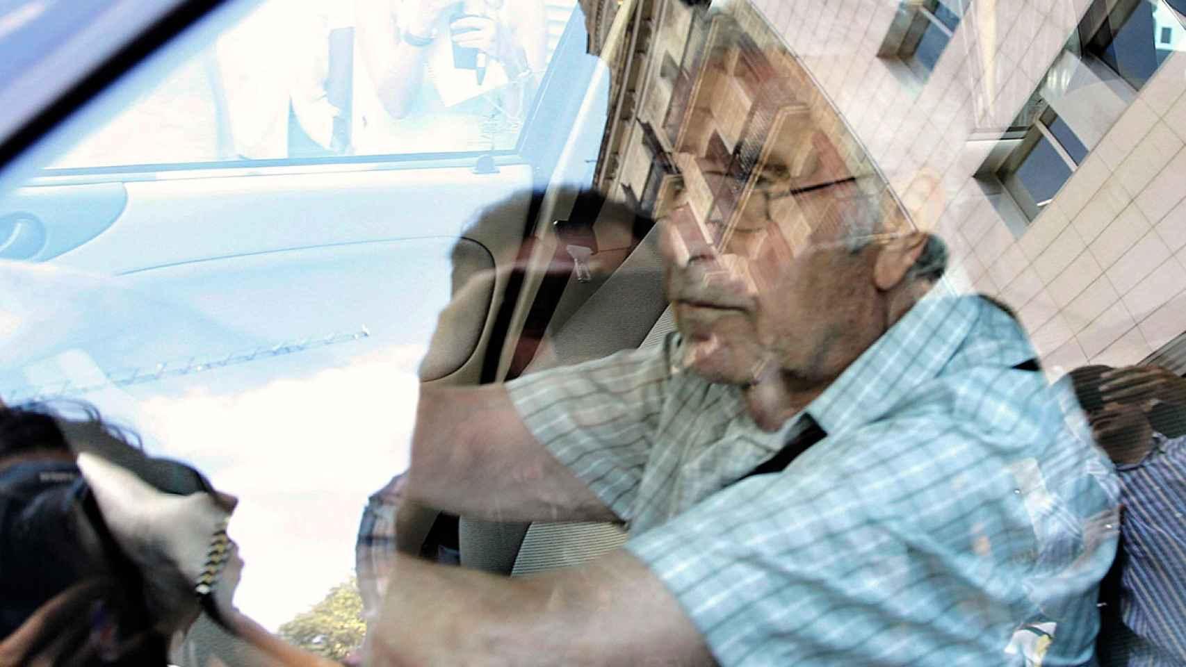 Daniel Osácar, ex tesorero de CDC, abandona la sede convergente de la calle Córcega, que ha sido registrada por la Guardia Civil.