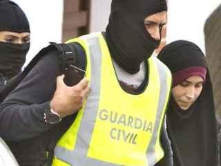 Efectivos de la Guardia Civil acompañados de la joven onubense detenida