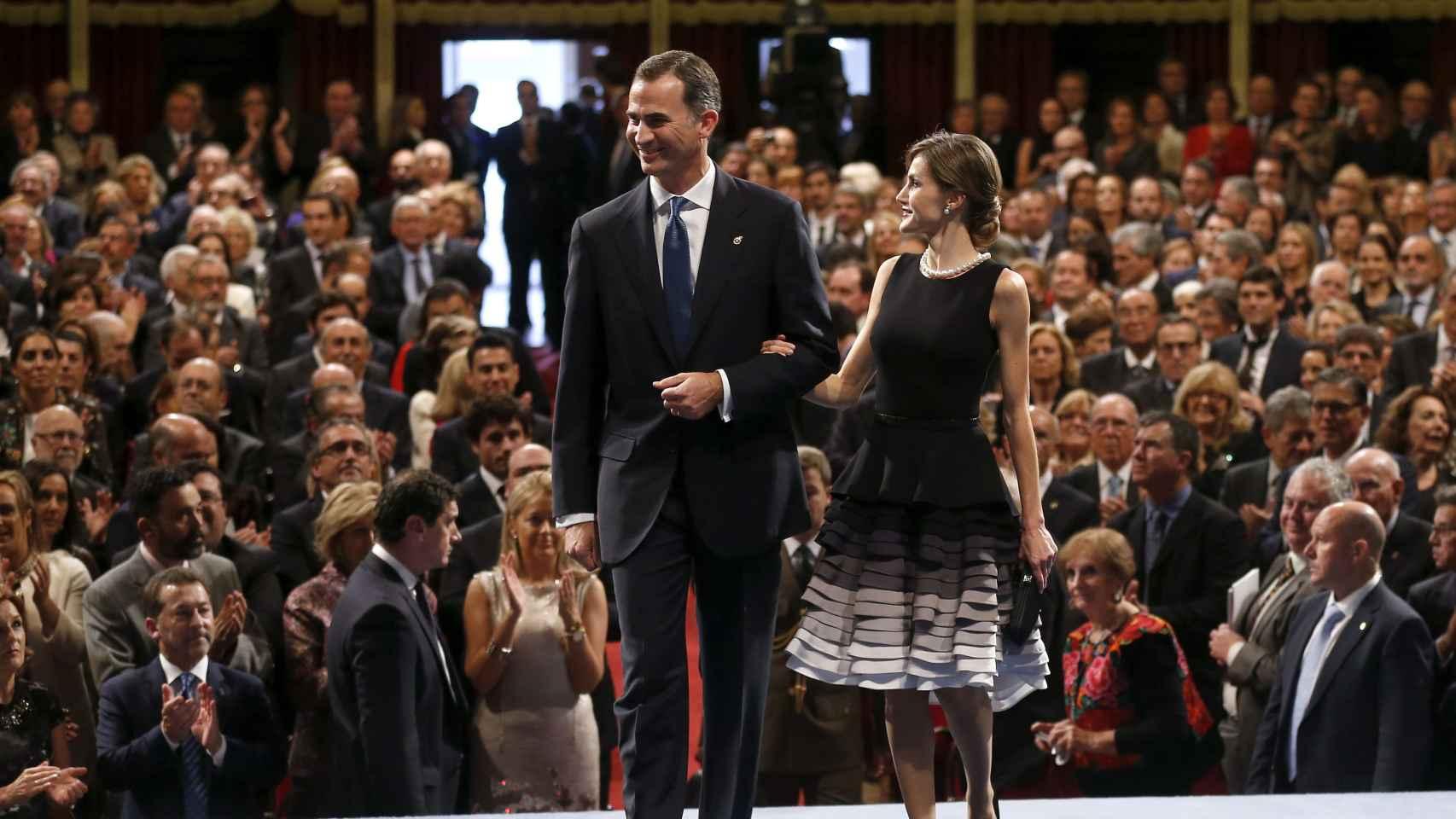 Los reyes a su llegada al Teatro Campoamor de Oviedo para la entrega de los Premios Princesa de Asturias