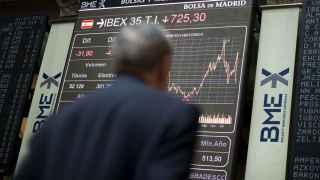Un corredor mira la evolución de las inversiones en la Bolsa de Madrid