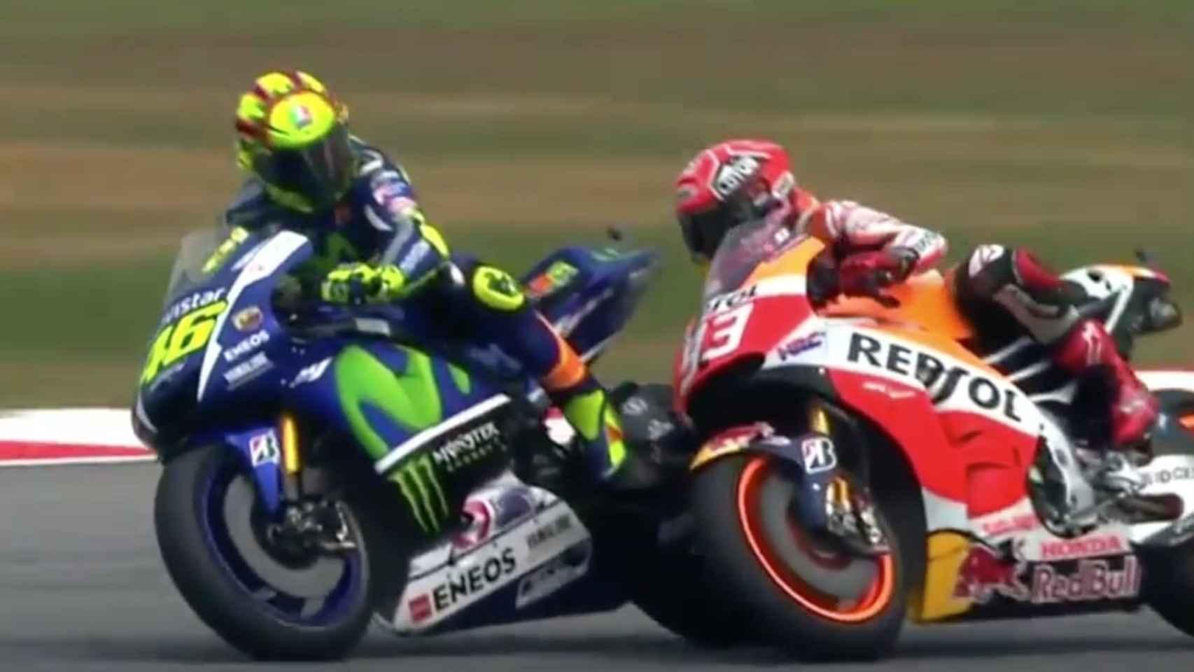 Acción entre Rossi y Márquez en Sepang.