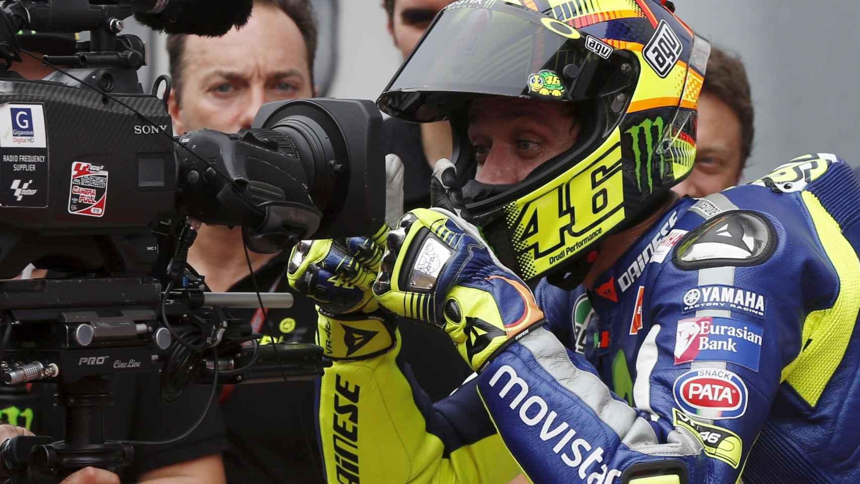 Valentino Rossi gesticula ante una cámara durante el Gran Premio de Malasia de Moto GP.