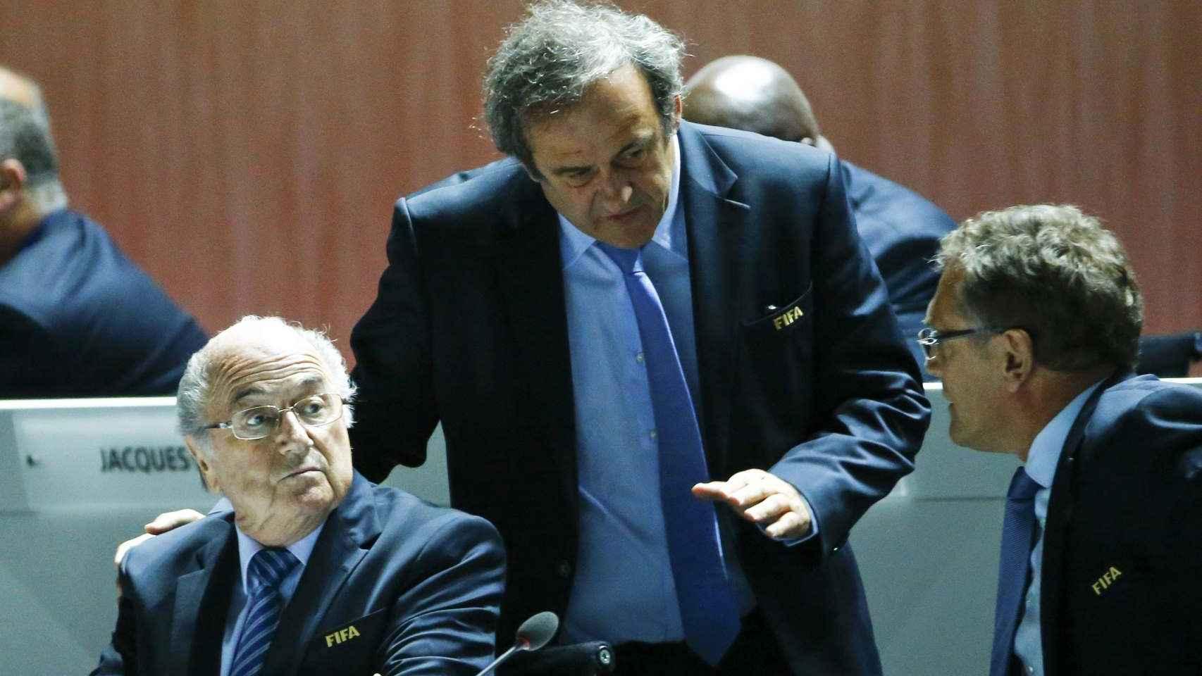 Michel Platini junto con Joseph Blatter en la sede de la FIFA.