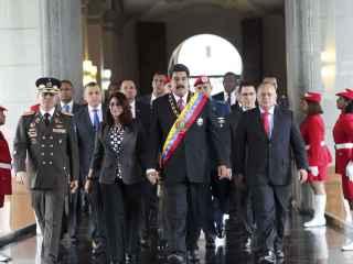 Nicolás Maduro, acompañado de su esposa Cilia Flores y miembros de su gabinete.