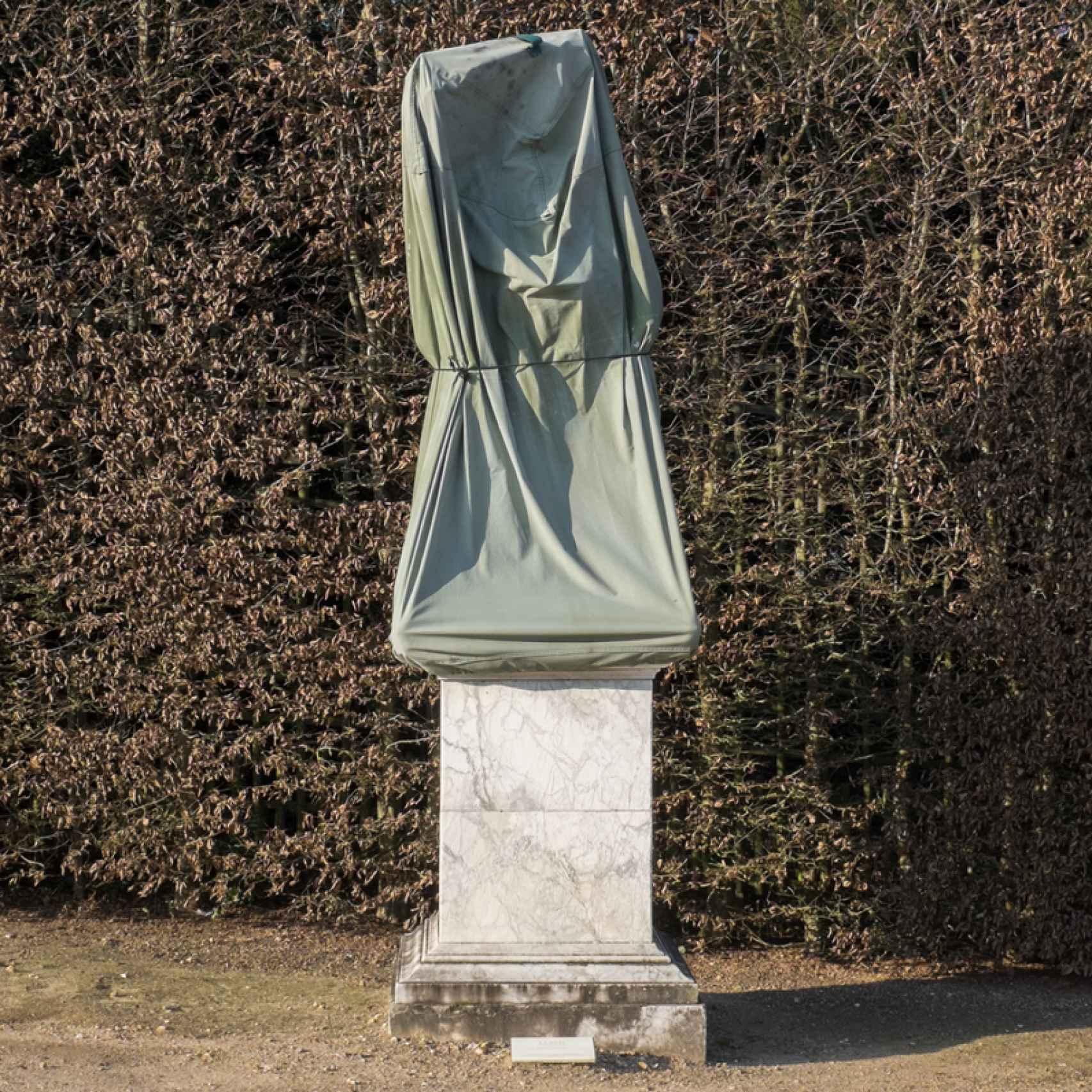 Otra de las estatuas cubiertas.