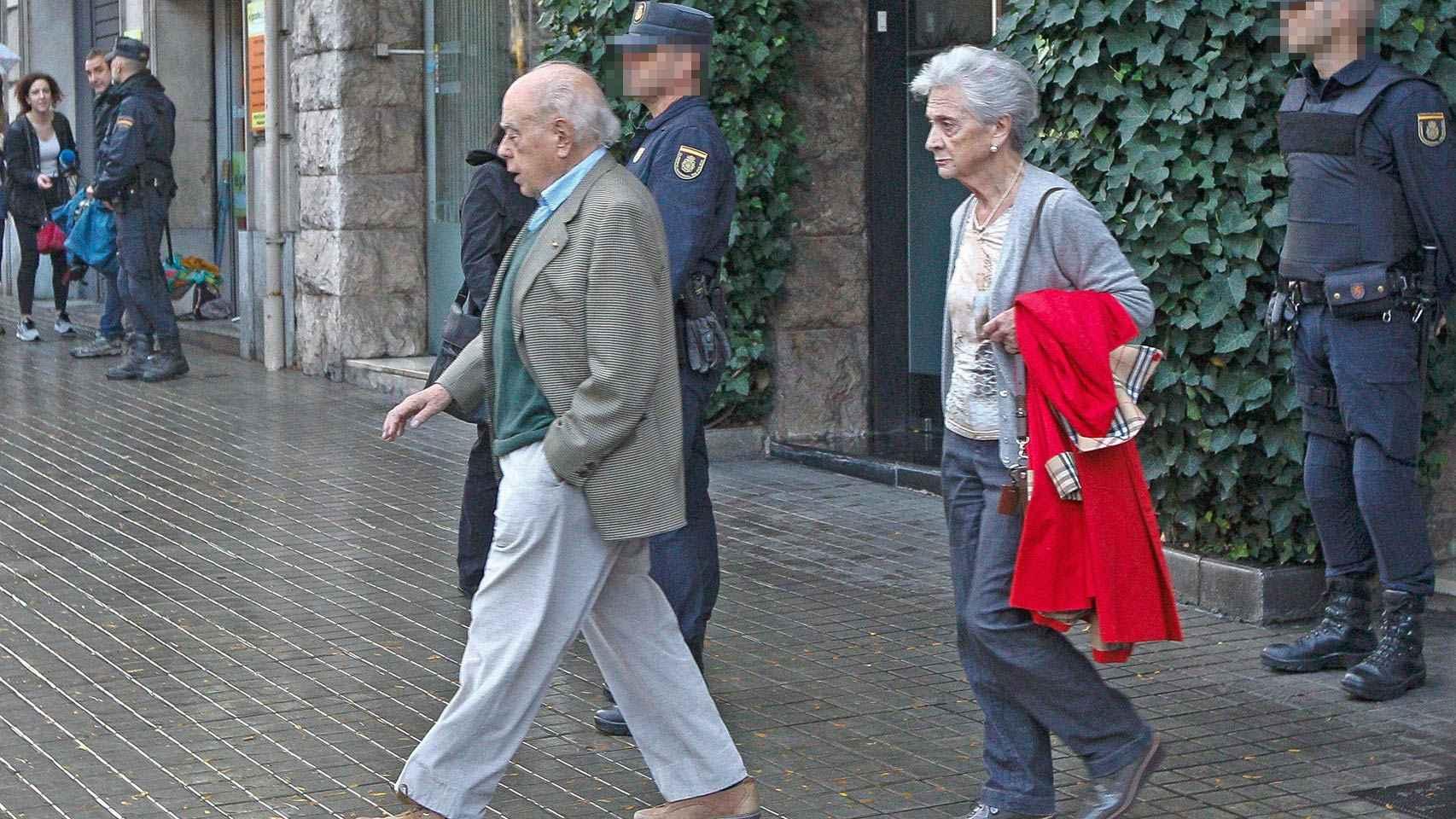 Jordi Pujol y su esposa, Marta Ferrusola, a la salida de su domicilio este martes, tras el registro policial