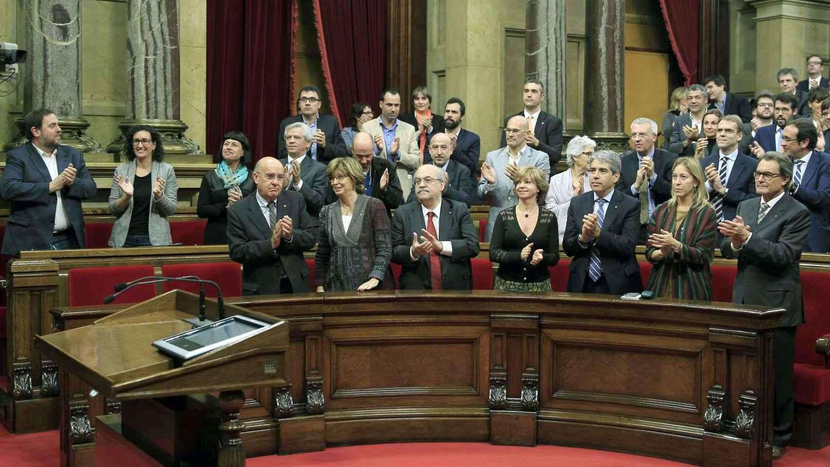 Diputados de JXS aplauden durante la sesión constitutiva del nuevo Parlament a la nueva presidenta, Carme Forcadell