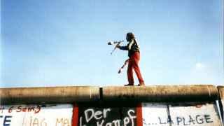 Un hombre actúa sobre el Muro de Berlín, el 16 de noviembre de 1989.