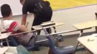 El momento en el que el agente Ben Fields arroja a la adolescente al suelo.