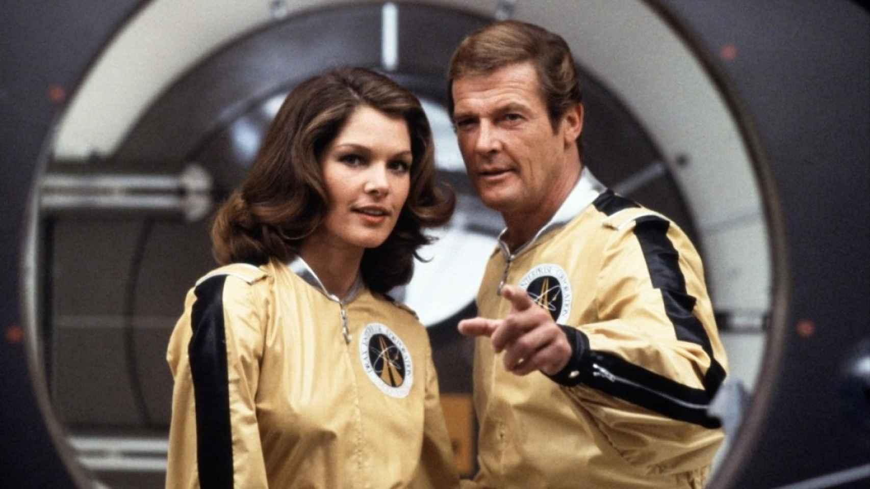 Lois Chiles y Roger Moore, en Moonraker. La actriz tenía 22 años
