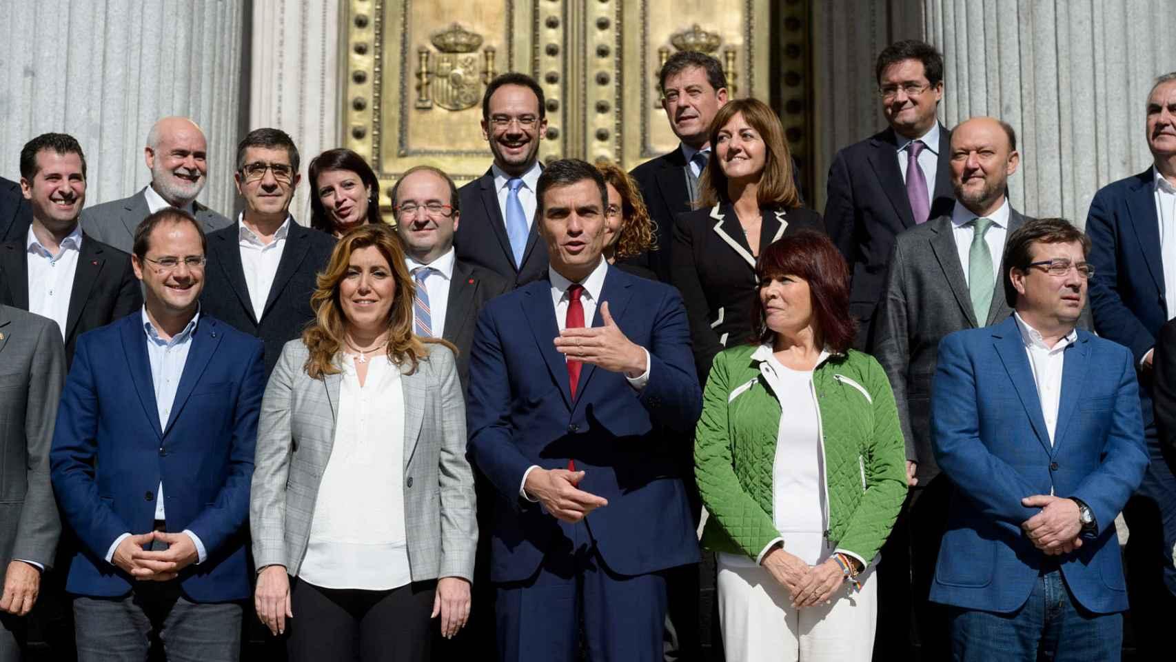 Susana Díaz y Pedro Sánchez, con los barones del PSOE