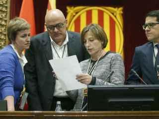 La presidenta del Parlament, Carme Forcadell, y la secretaria de la Mesa, Anna Simó (JxS) (i), el vicepresidente primero, Lluís Corominas (2i), y el vicepresidente segundo, J. M. Espejo-Saavedra (C's)
