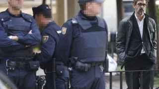 Cristóbal Martell, abogado de la familia Pujol-Ferrusola, sale este martes de una de las oficinas registradas por la Policía