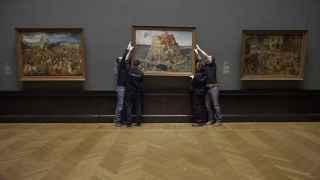 Varios operarios colocan La torre de Babel, de Pieter Brueghel el Viejo, en el documental.