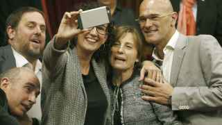 Los diputados de Junts pel Sí, Lluís LLach, Oriol Junqueras, Marta Rovira y Raül Romeva, se fotografían junto a Carme Forcadell.